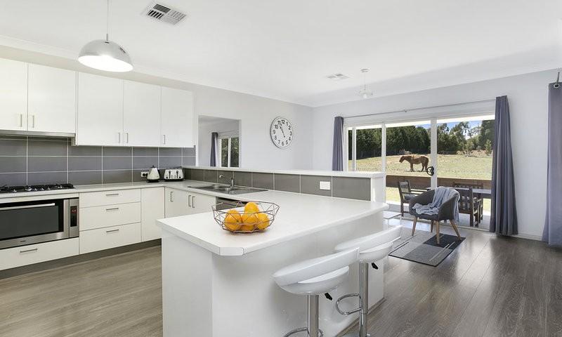 http://assets.boxdice.com.au/duncan_hill_property/listings/1560/d6744f0d.jpg?crop=800x480