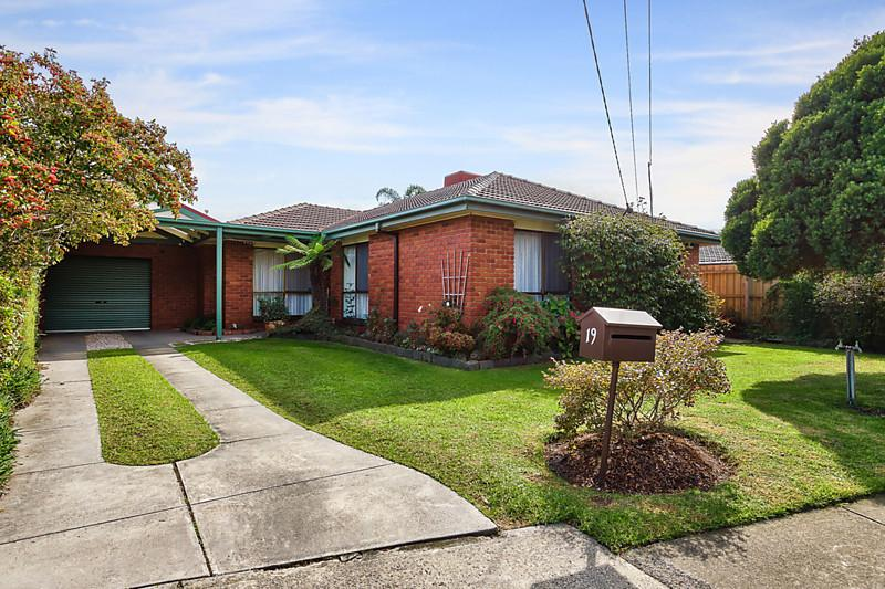https://assets.boxdice.com.au/domainandco/attachments/214/4ac/19_glen_street_aspendale_vic_3195_real_estate_photo_1_large_7065805.jpg?fc61274a29056771727173101d85a9b7