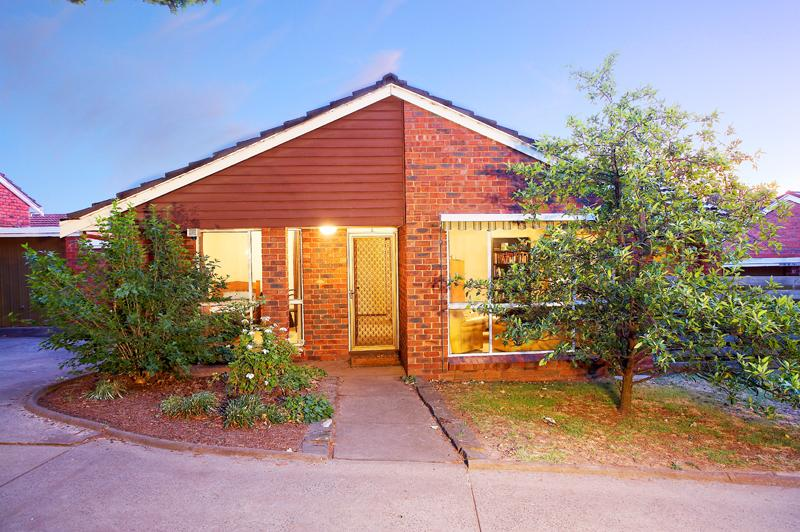 https://assets.boxdice.com.au/domainandco/attachments/433/b3b/12_broughton_road_surrey_hills_vic_3127_real_estate_photo_1_large_1049652.jpg?32c7bb5b0a2402964441ae8f50df3c21