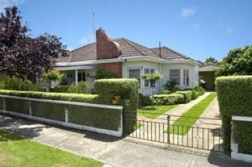 https://assets.boxdice.com.au/domainandco/attachments/83f/212/12_suffolk_street_west_footscray_vic_3012_real_estate_photo_1_large_331908.jpg?308d3c4308e3a13b1c62774f3b065f26