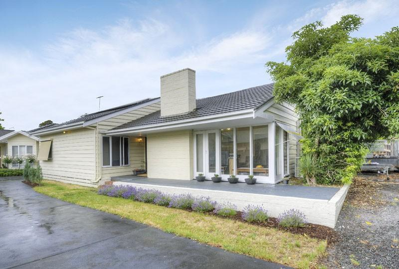 https://assets.boxdice.com.au/domainandco/attachments/ed9/703/45_shawlands_avenue_blackburn_south_vic_3130_real_estate_photo_1_large_8031908.jpg?0db372161c9c61bfff53f706fca52f85